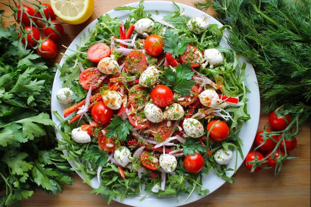 salat-s-syrom-mocarella-i-pomidorami-cherri_1588510178_8_max.jpg